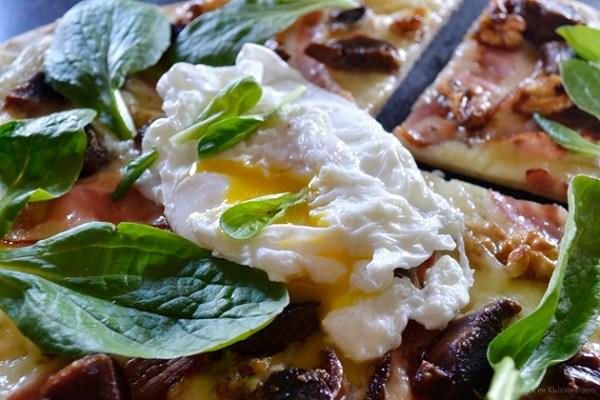 Recette de pizza maison façon salade gasconne pour Culino Versions avec des gésiers confits, mâche, fromage de chèvre, oeuf poché et noix grillées - Kaderick en Kuizinn©