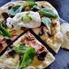 Recette de pizza façon salade gasconne avec des gésiers confits, mâche, fromage de chèvre, oeuf poché et noix grillées - Kaderick en Kuizinn©
