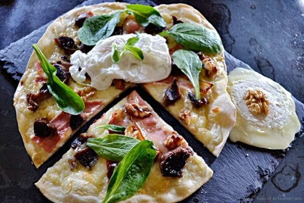 Recette pizza maison façon salade gasconne avec des gésiers confits, mâche, fromage de chèvre, oeuf poché et noix grillées - Kaderick en Kuizinn©