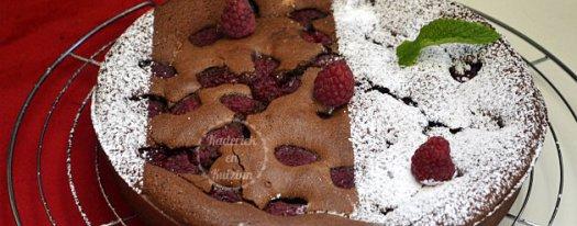Fondant chocolat noir et framboises - recette du gâteau au chocolat saupoudré de sucre glace pour le décor