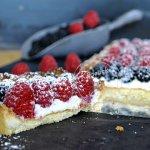 Présentation tarte garnie de brousse à la vanille, mûres et framboises