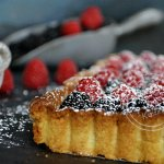 Tarte garnie de brousse à la vanille, mûres et framboises