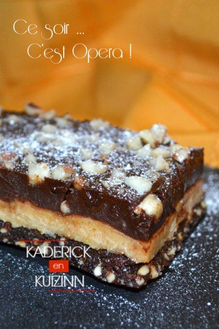 Dégustation du gâteau opéra au chocolat, caramel et cacahuètes