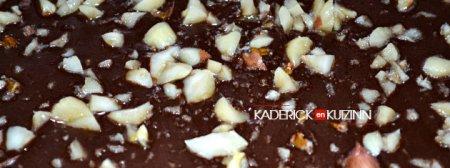 Préparation de la plaque de chocolat aux cacahuètes - recette opera