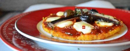 Présentation pizza de polenta cuite en tourtière carton de Gault & Frémont - recette express