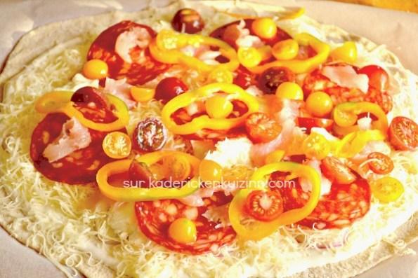 Préparation pizza fine - Pizza au poulet tomate chorizo poivron chez Kaderick en Kuizinn©