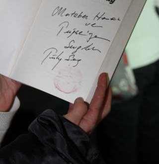 Kitapları Dudağıyla İmzaladı