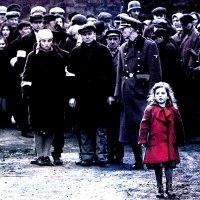 """¿Existió La Niña del abrigo Rojo? ¿A qué o a quiénes alude esta metáfora visual de """"La lista de Schindler""""?"""
