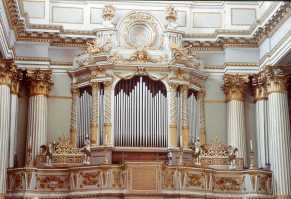 The organ at Chiesa di Santa Maria in Servi, Rimini. Source: baldazza.it