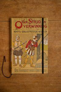 """Van het kinderboek """" De Kornet der Ruiterij"""" hebben we een notitieboekje gemaakt. Blanco pagina's, voorzien van een zwart elastiek en een lintje."""