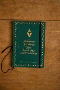 Van het boek der vertroosting hebben we een notitieboekje gemaakt. De eerste pagina's van het originele boek zitten er nog in.Blanco pagina's