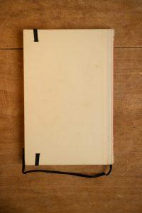 """Van het jongensboek """" Arendsoog 37 - Arendsoog zet een val"""" is een notitieboekje gemaakt. Blanco pagina's, voorzien van een zwart elastiek en een lintje"""