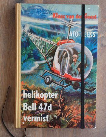 Van het boek Helikopter Bell Vermist hebben we een notitieboekje gemaakt. De eerste pagina's van het originele boek zitten er nog in. Blanco pagina's, voorzien van een zwart elastiek en een lintje.