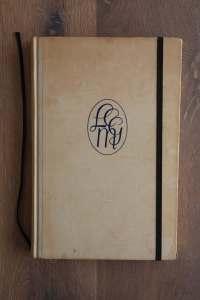 Van het boek LCMG hebben we een notitieboekje gemaakt. De eerste pagina's van het originele boek zitten er nog in. Blanco pagina's, voorzien van een zwart elastiek en een lintje.