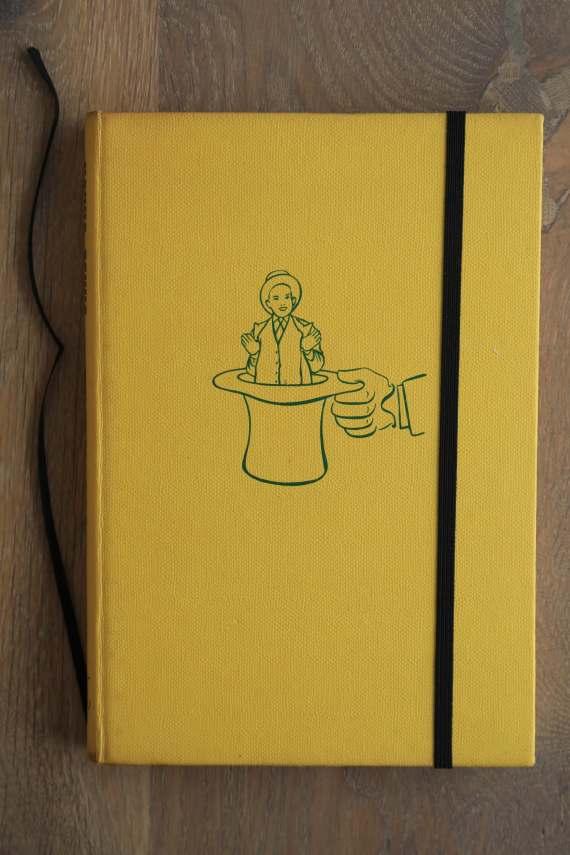 Van het boek Hokus Pokus hebben we een notitieboekje gemaakt. De eerste pagina's van het originele boek zitten er nog in. Blanco pagina's, voorzien van een zwart elastiek en een lintje.