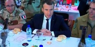 """Emmanuel Macron partage un dîner de fête avec des militaires de l'opération Barkhane sur la base de Niamey au Niger. La France est prête à """"renforcer son engagement"""" au Sahel dans la lutte contre les groupes terroristes, a déclaré samedi Emmanuel Macron."""
