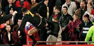"""Le score est de 0-0 à la 48e minute lorsqu'un fan du club londonien insulte copieusement Éric Cantona. Son sang ne fait qu'un tour et le """"King"""" l'agresse d'un geste de Kung-fu qui fera le tour du monde. Résultat des courses: 120 heures de travaux d'intérêt général et neuf mois de suspension. © (capture d'écran)."""