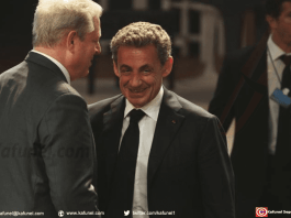 Nicolas Sarkozy s'entretenant avec Al Gore lors du Global Teacher Prize à Dubai ce dimanche 18 mars 2018.