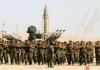Des membres de l'autoproclamée Armée nationale libyenne défilent le jour de l'annonce par leur chef, le maréchal Khalifa Haftar, du lancement d'une offensive contre la ville de Derna (est), controlée par des islamistes, le 7 mai 2018 à Benghazi | AFP/Archives | Abdullah DOMA