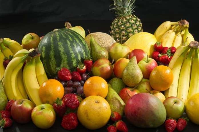 Des fruits communs : pommes, poires, fraises, oranges, bananes, raisins, melons canaries, pastèque, melon, ananas et mangue.