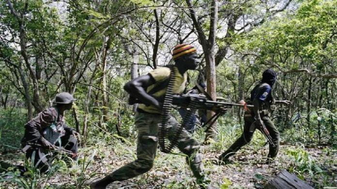 Une patrouille de l'armée à la recherche des auteurs du meurtre