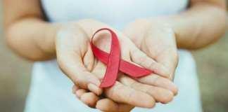 La Journée mondiale du sida a lieu le 1er décembre et le ruban rouge symbolise la prise de conscience.