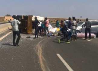 Un camion se renverse près du péage de Rufisque