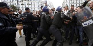 En Algérie, les policiers tentent d'empêcher les manifestants d'avancer. Alger, le 12 avril 2019.