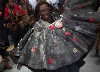 Un marabout (Ghana) dans une église pour reprendre son charme donné au pasteur