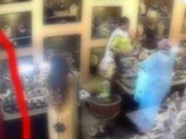 Deux belles filles mettent à profit leur beauté pour voler dans un magasin à Cambérène1