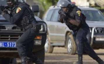 Le policier sort son pistolet et braque le convoi de Sonko