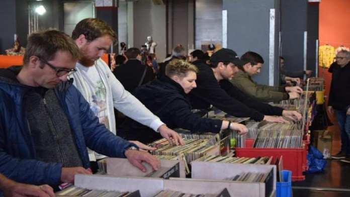 Les chasseurs de vinyles à la recherche de la bonne occasion au Salon du vintage à Bordeaux, le 10 mars. David Pauget / RFI