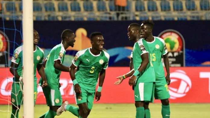 Les Sénégalais fêtent le but d'Idrissa Gana Gueye face au Bénin, en quarts de finale de la CAN 2019. RFI/Pierre René-Worms