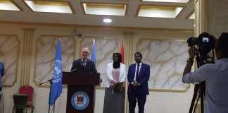 Le nouveau représentant spécial de l'ONU en Somalie, James Swan (g), reçu par le maire de Mogadiscio (d) peu de temps avant l'attentat dans les locaux de la mairie, le 24 juillet 2019. Le maire de la capitale somalienne Abdirahman Omar Osman a été blessé. © UNSOM