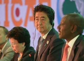 Le Premier ministre japonais Shinzo Abe aux côtés du président du Parlement kényan William Ruto, le 26 août 2016 à Nairobi.