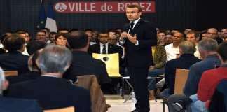 """""""On va fixer des règles d'or"""" : Emmanuel Macron s'est efforcé jeudi soir, lors d'un débat dans l'Aveyron, l'un des départements les plus âgés de France, de rassurer sur la réforme des retraites à venir, source d'inquiétudes et de mécontentement grandissant qui pourrait ébranler l'""""acte II"""" de son quinquennat. /Photo prise le 3 octobre 2019/REUTERS/Eric Cabanis"""