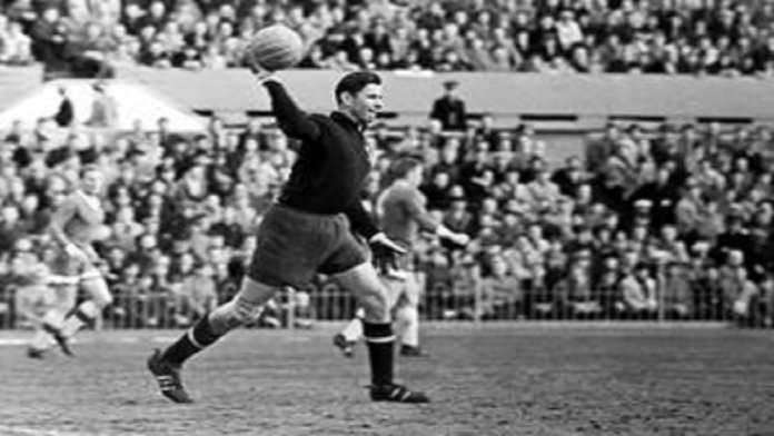 Lev Yashin - Dynamo de Moscou - 16.10.1965 - Archives Archive - Foot Football - largeur action gardien goal relance main Jaschin Yaschin Jashin