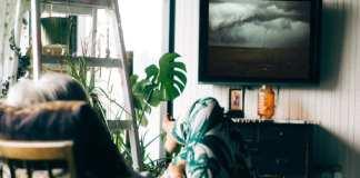 «Encore un épisode et je vais faire une sieste.»   John Tuesday via Unsplash / Nikolas Noonan via Unsplash / Montage Kafunel.com