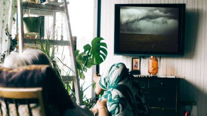 «Encore un épisode et je vais faire une sieste.» | John Tuesday via Unsplash / Nikolas Noonan via Unsplash / Montage Kafunel.com