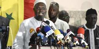 Khalifa Sall face à la presse et ses militants à Dakar, Sénégal, le 21 octobre 2019.