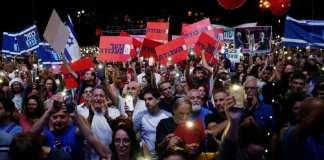 Des manifestants en commémoration du 24e anniversaire de l'assassinat du Premier ministre israélien Yitzhak Rabin, à Tel-Aviv, le 2 novembre 2019. REUTERS/Corinna Kern