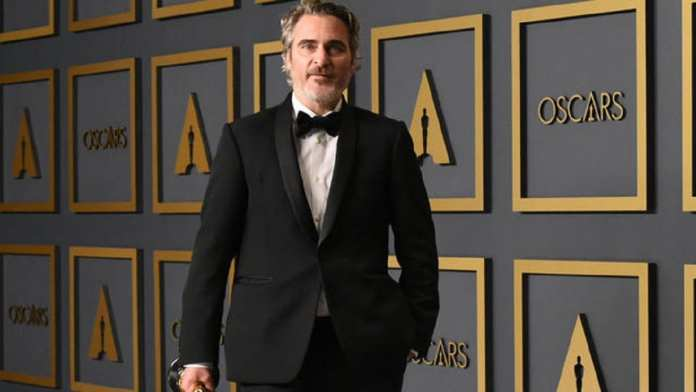 "US actor Joaquin Phoenix poses in the press room with the Oscar for Best Actor for ""Joker"" during the 92nd Oscars at the Dolby Theater in Hollywood, California on February 9, 2020. (Photo by Robyn Beck / AFP)"