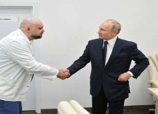 Poutine a rencontré Denis Protsenko, le chef du nouvel hôpital de Moscou traitant les patients atteints de coronavirus (COVID-19), lors de sa visite Poutine a rencontré Denis Protsenko, le chef du nouvel hôpital de Moscou traitant les patients atteints de coronavirus (COVID-19), lors de sa visite (AFP Photo / Alexey DRUZHININ) 1/2
