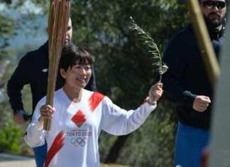 Mizuki Noguchi médaillée d'or au marathon à Athènes en 2004, porte la flamme olympique lors de la cérémonie d'allumage sur l'Olympie, en Grèce. Le 12 mars 2020. èce Valerie GACHE/AFP