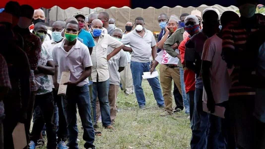 Des chauffeurs-routiers font la queue pour se faire tester pour le coronavirus au point de passage frontalier de Namanga entre le Kenya et la Tanzanie, à Namanga, au Kenya, le 12 mai 2020. REUTERS/Thomas Mukoya