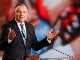Le-president-polonais-Andrzej-Duda-sadresse-a-ses-partisans-apres-les-resultats-du-premier-tour-de-la-presidentielle-le-28-juin-2020-a-Lowicz