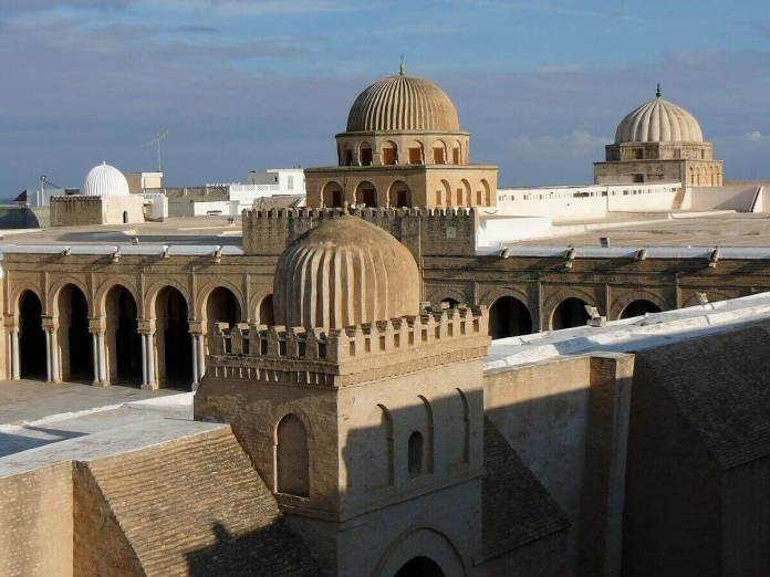 Tunisie-Great_Mosque_of_Kairouan,_flat_roof_and_domes