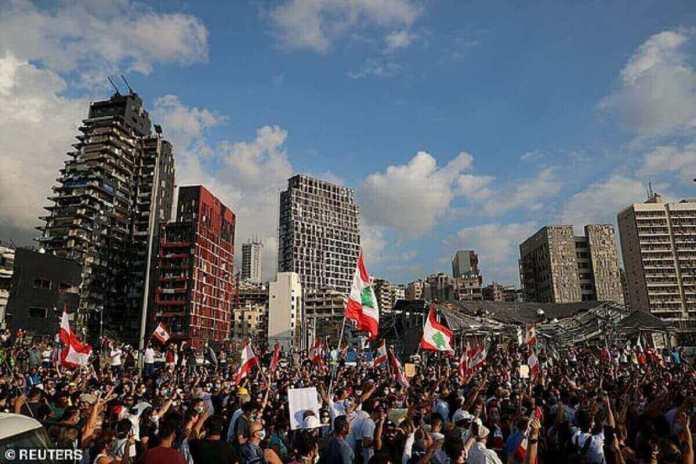 Des manifestants participent à des manifestations près du site de l'explosion dans la zone portuaire de Beyrouth en août