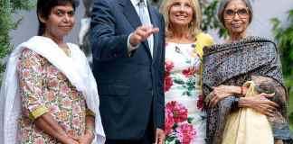 Joe Biden et sa femme Jill sont photographiés avec la petite-fille du Mahatma Gandhi (à droite) lors d'une visite en Inde en 2013