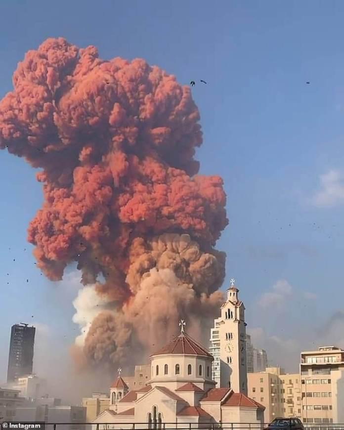 L'énorme explosion a été capturée dans les images des médias sociaux après qu'une éruption initiale plus petite a attiré l'attention des résidents
